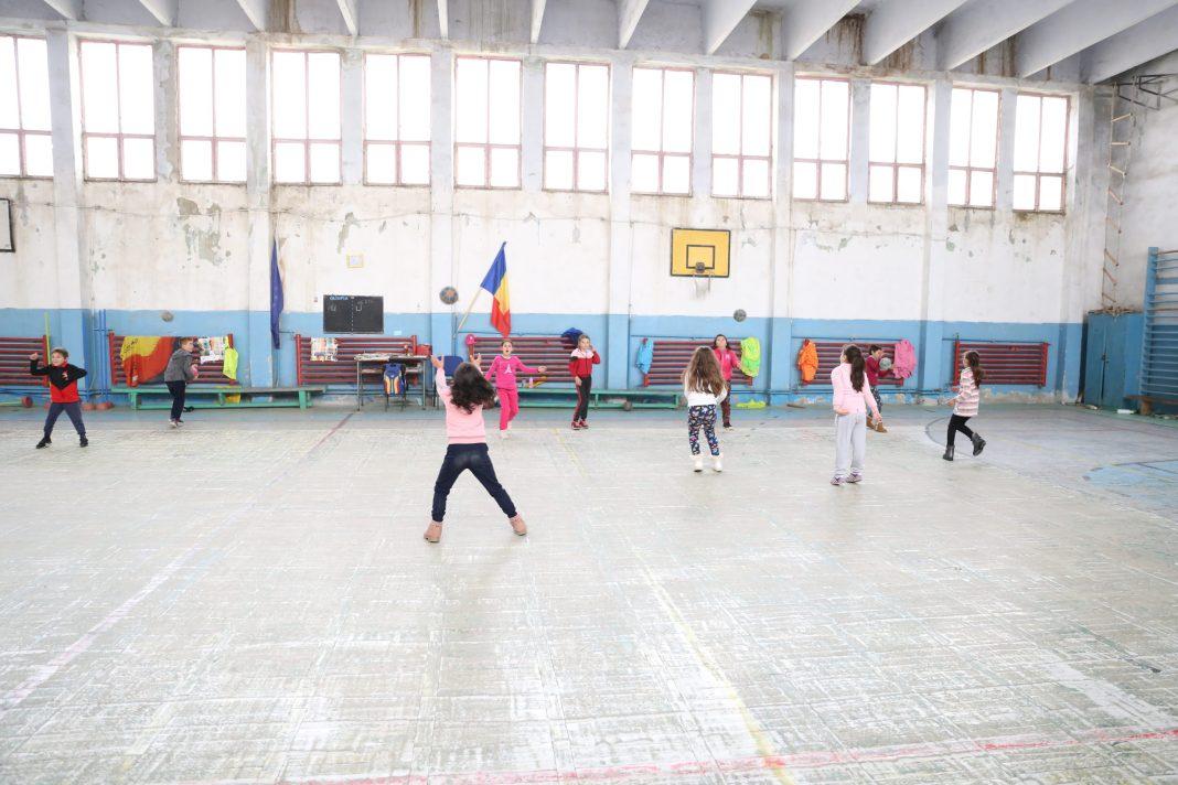 """Sala de sport de la Şcoala """"Nica Brabu Locusteanu"""" din Leu"""