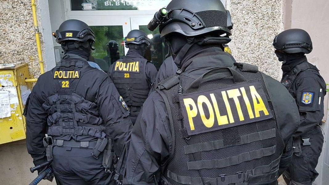 Polițiștii din Vâlcea, Bistrița-Năsăud și Genova au destructurat un grup infracțional specializat în fraude informatice