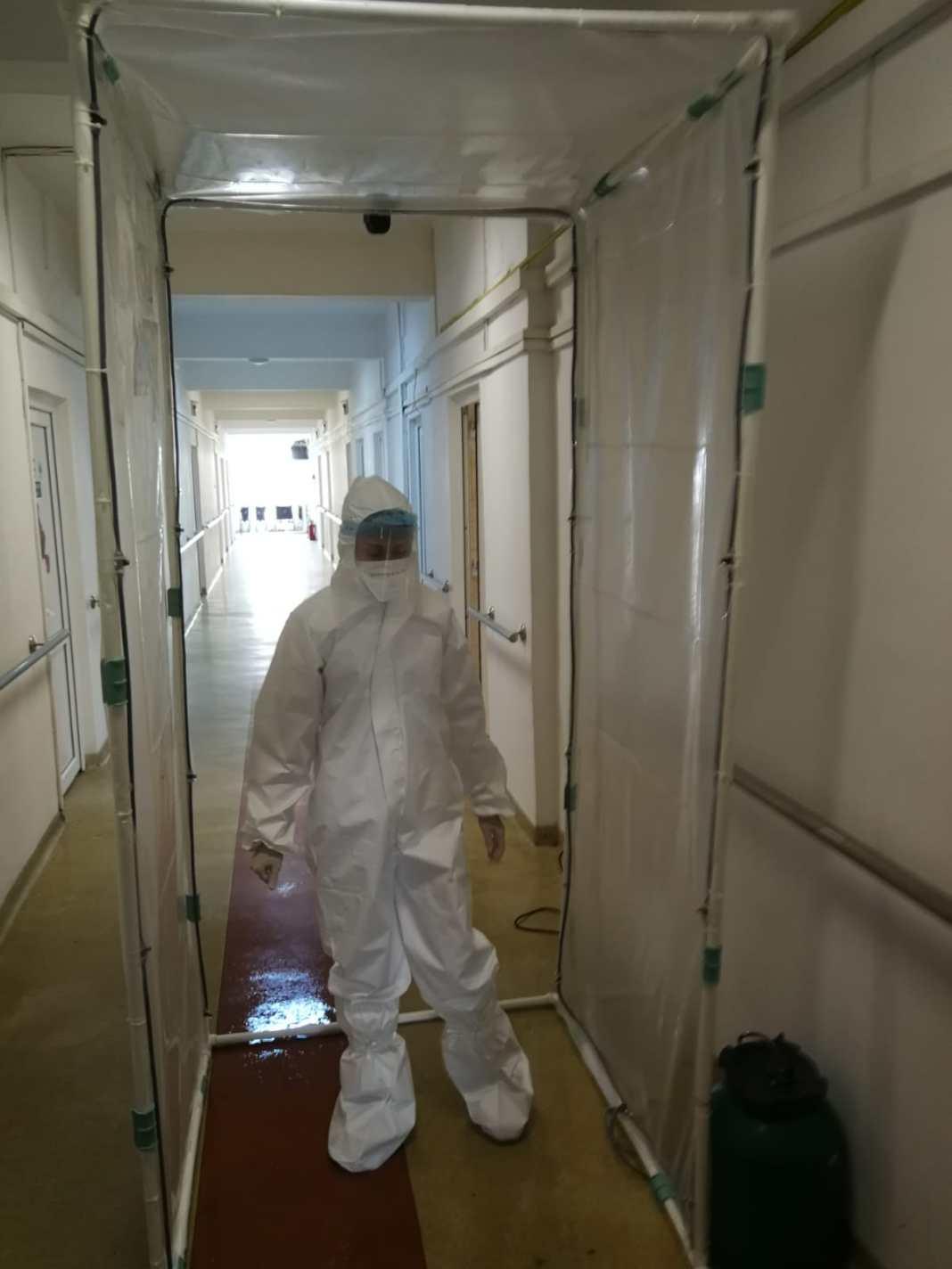 Poarta a fost amplasată la intrarea în unitate și permite personalului să se dezinfecteze rapid pe toată suprafața corpului, fără a intra în contact cu suprafețe potențial contaminate