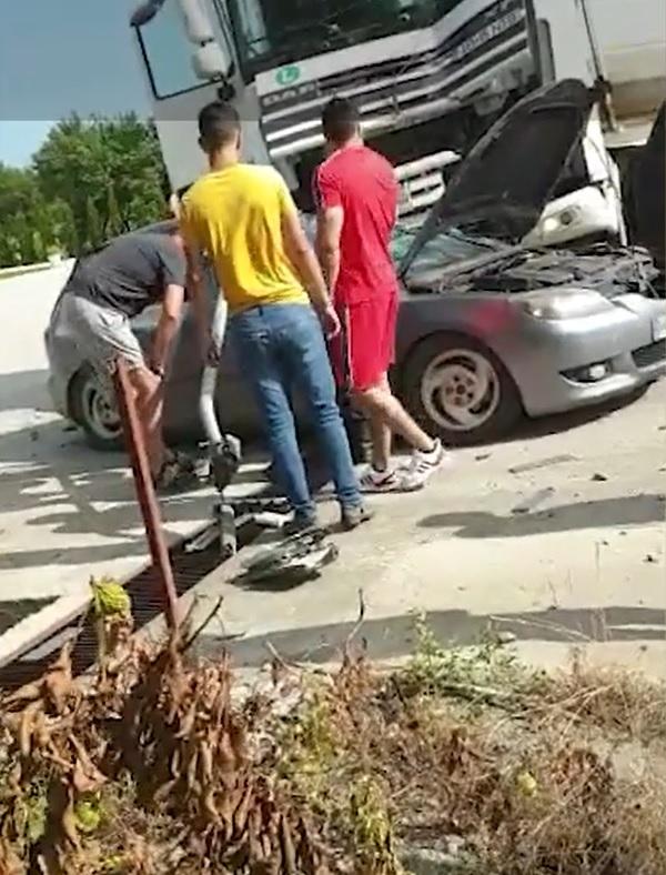 Un tânăr de 31 de ani , din Cristur, jufdețul Hunedoara, a murit după ce un stâlp de beton lovit de un TIR a căzut peste mașina lui