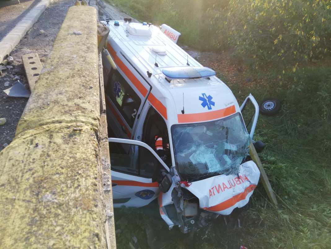În ambulanță ar fi fost și personal medical, precum și un pacient COVID