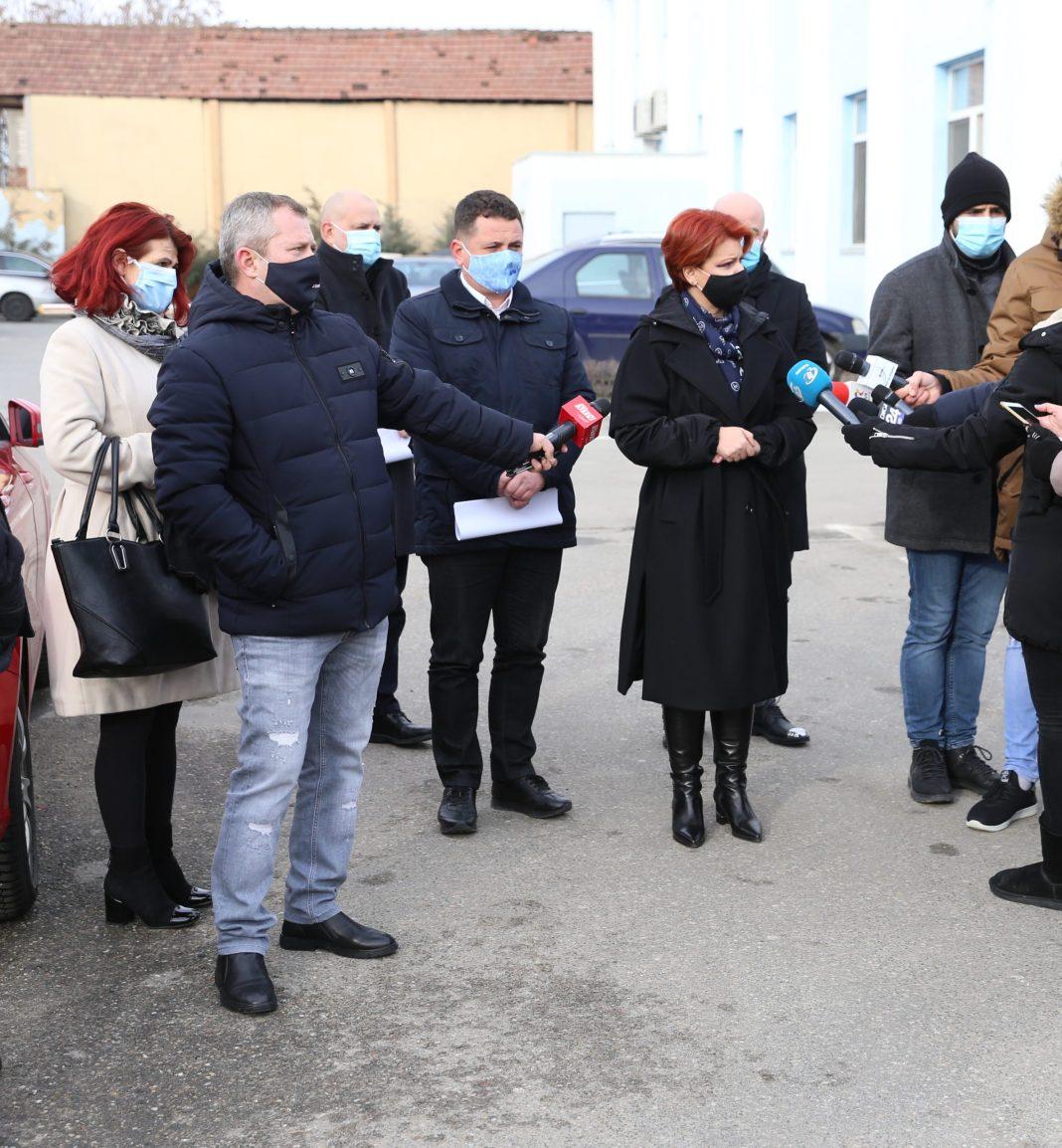 Contractul pentru extinderea reţelei de canalizare a fost semnat în prezenţa primarului Craiovei, Olguța Vasilescu (foto: Claudiu Tudor)