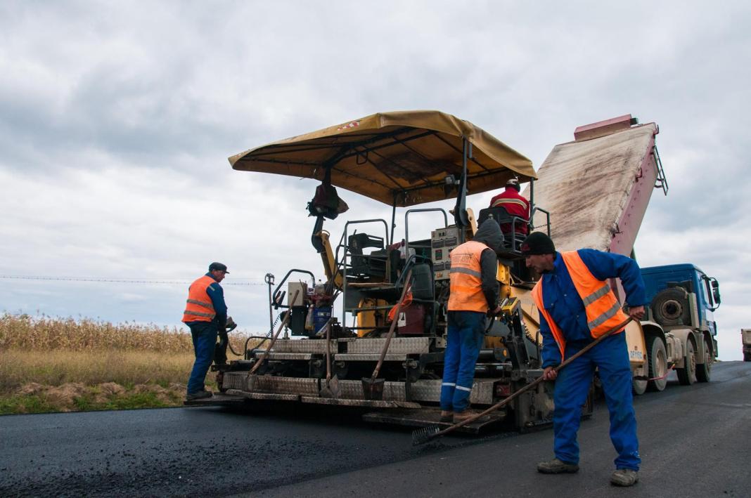 Începe asfaltarea drumurilor locale din Baia de Fier
