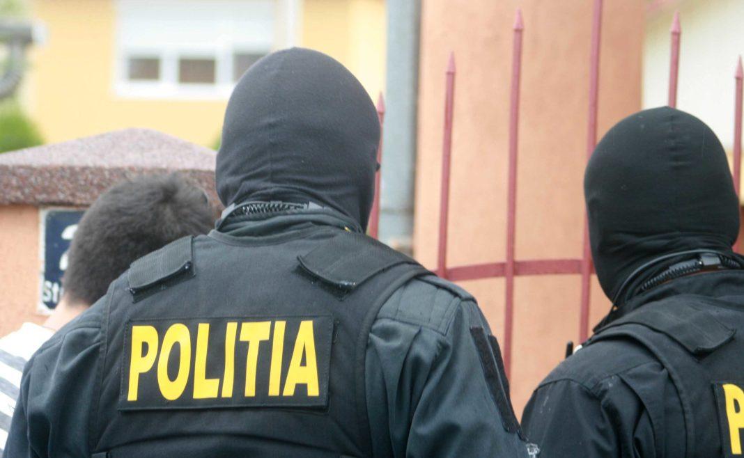Zece lăutari din Dolj, acuzaţi că au obţinut ajutoare în baza unor documente false
