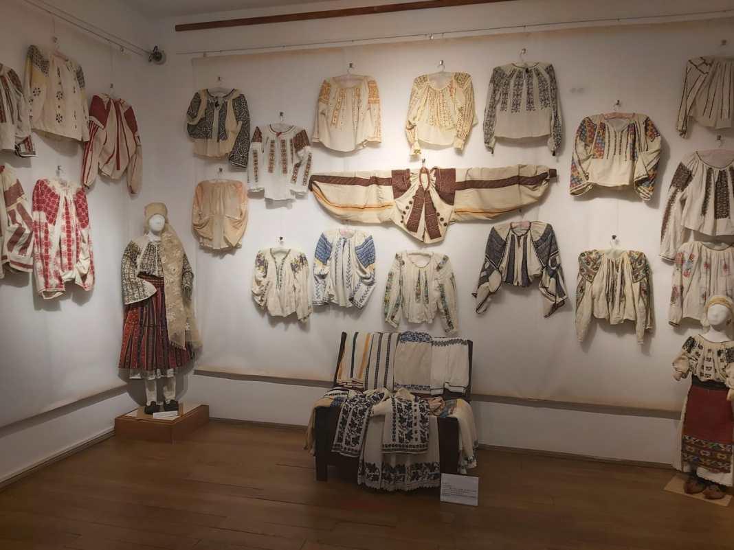 Peste 200 de cămăși cu altiță expuse la Secția de Etnografie a Muzeului Olteniei