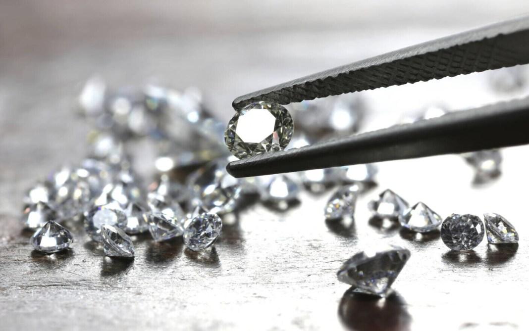 O româncă a furat diamante în valoare de peste 4 milioane de lire sterline