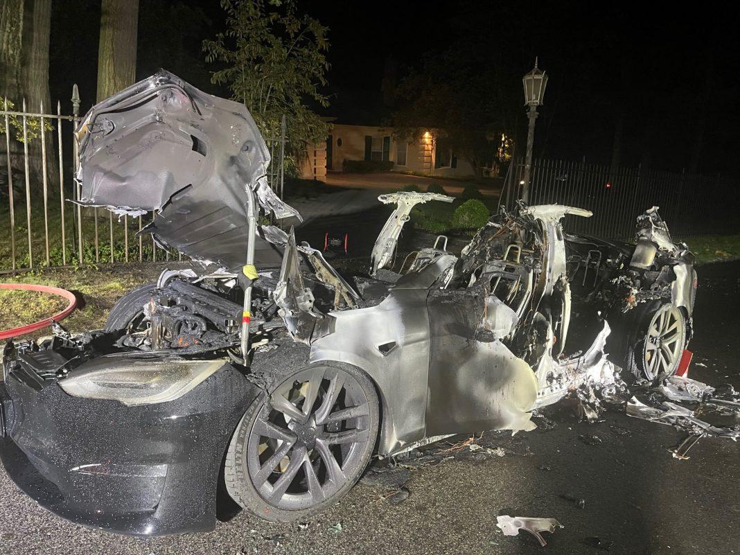 O mașină Tesla, cumpărată de doar 3 zile, a luat foc în timpul mersului