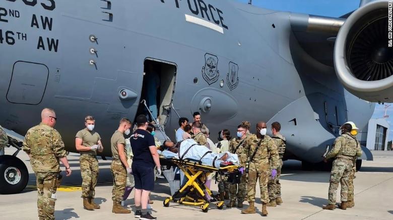 O femeie din Afganistan a născut la bordul aeronavei care o evacua din țară