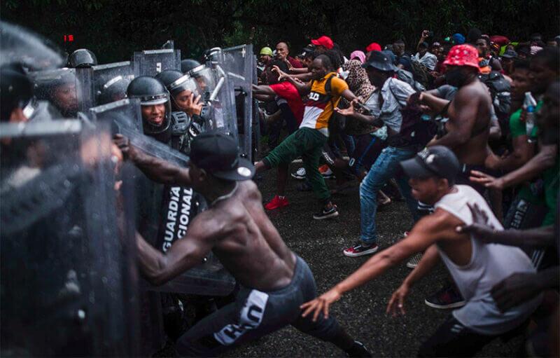 Migranţii au aruncat pietre asupra gărzilor naţionale care le blocau drumul