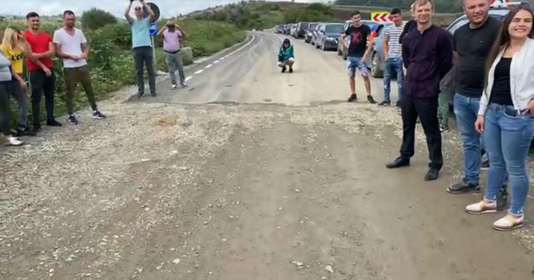 Timp de două ore, zeci de locuitori ai comunei vasluiene Bunești-Averești și-au strigat oful la granița cu comuna Dolhești, Iași