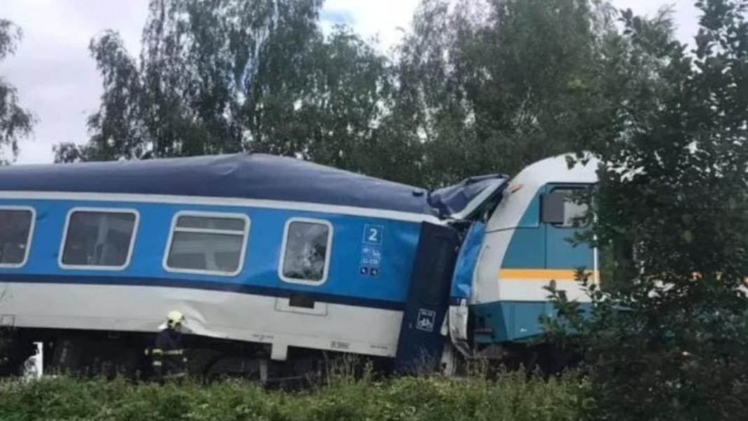 Două trenuri cu pasageri s-au ciocnit frontal. Morți și zeci de răniți raportați