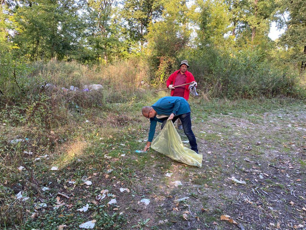 Târgu Jiu: Sute de saci cu deșeuri, strânși din Pădurea Drăgoieni