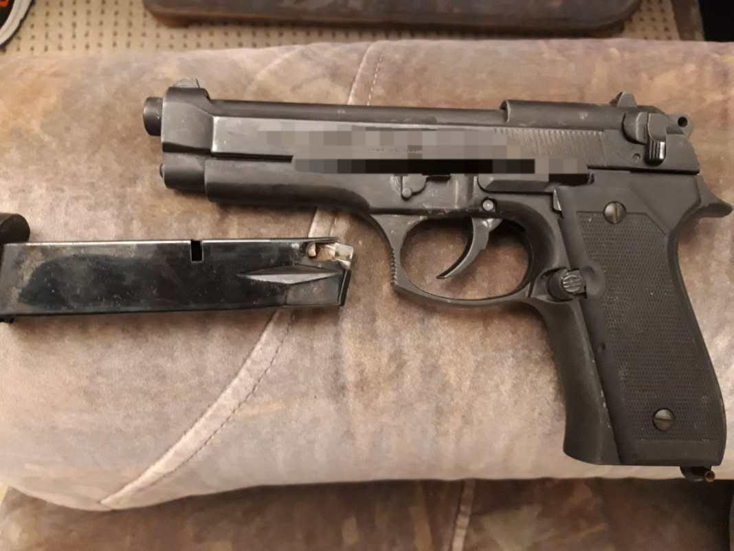 Dolj: Reţinut după ce a ameninţat cu un pistol o tânără, pe o stradă din Băileşti