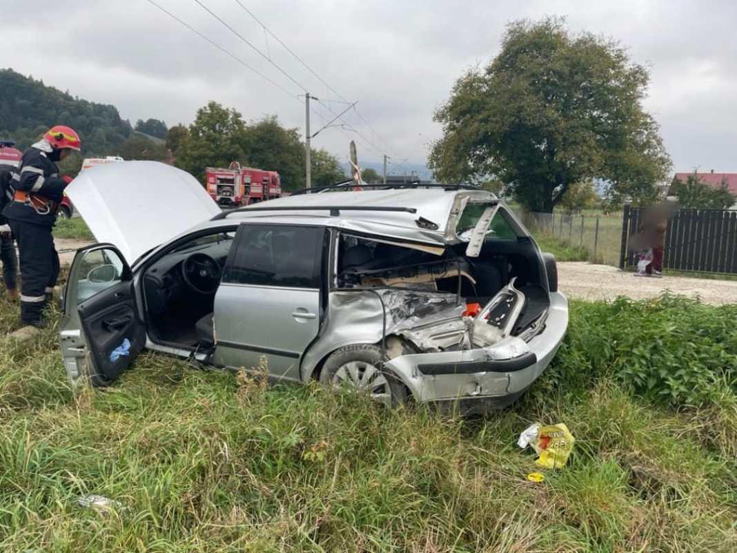 Doi răniţi după ce maşina în care se aflau a fost lovită de tren