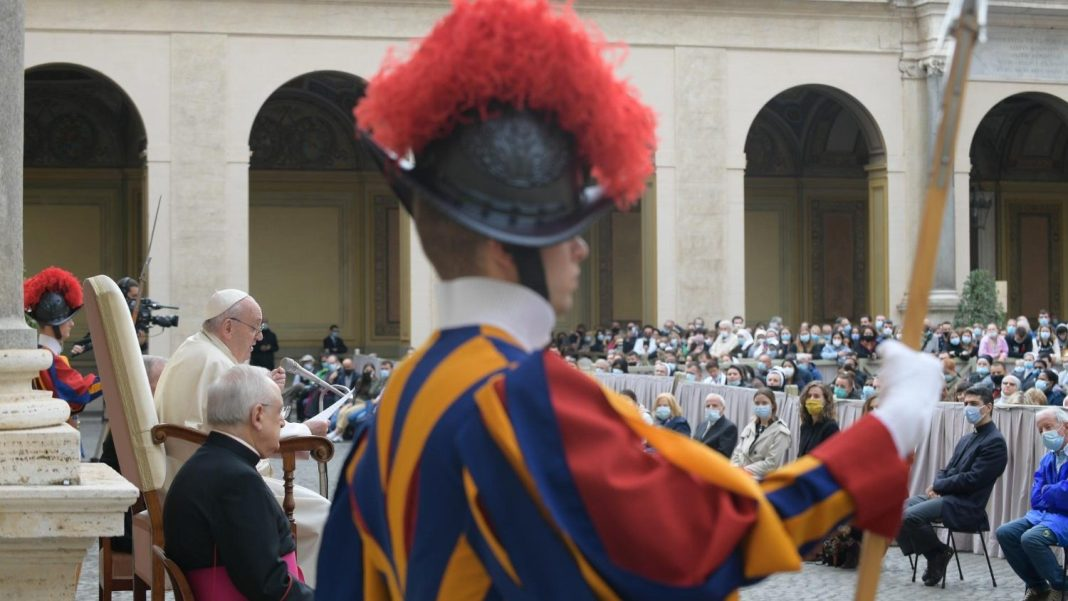 Decizie istorică la Vatican: Femeile vor putea face parte din Gărzile Elvețiene