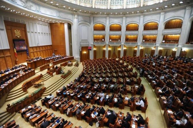 Parlament: Moţiunea de cenzură iniţiată de USR PLUS şi AUR ar putea fi citită în plenul reunit