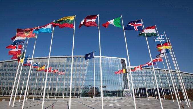 Opoziția din Franța face front comun pentru părăsirea NATO