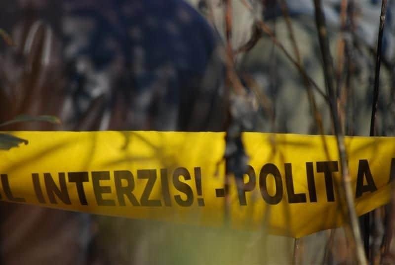Fetiţă de 13 ani, găsită moartă într-o râpă adâncă dintr-o pădure