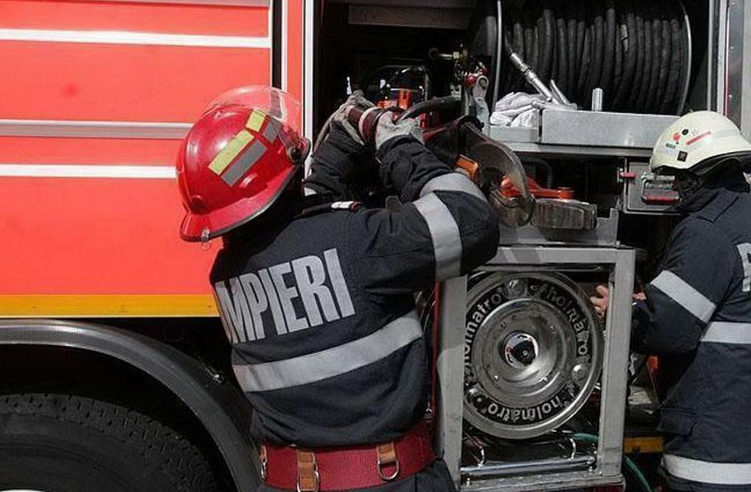 O locuinţă a ars şi alte cinci gospodării au fost afectate de un incendiu în localitatea Prundu