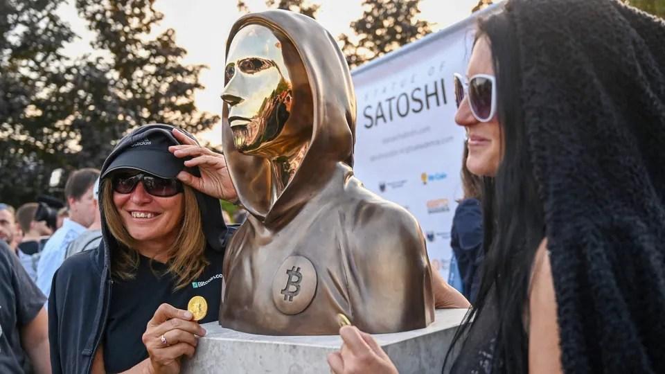 Inventatorul Bitcoin are statuie în Budapesta
