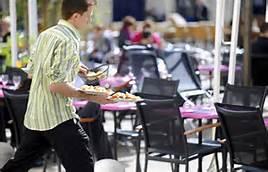 Serveur plutôt énergique dans un restaurant