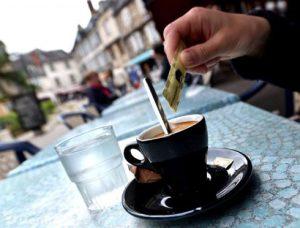 Certains cafetiers font payer le verre d'eau qui accompagne le café