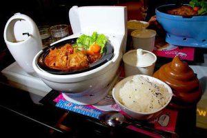 """Les restaurants """"Toilettes modernes"""" ou manger dans de la Porcelaine"""