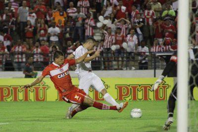 Ramon empatou a partida nos acréscimos do primeiro tempo. E um golaço. Foto: Carlos Insaurriaga
