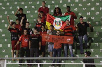 A torcida Xavante esteve presente em Bragança Paulista, e comemorou a vitória ao final da partida. Foto: Carlos Insaurriaga