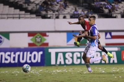 Marcão teve grande chance de fazer o gol da vitória, no final do jogo. Foto: Jonathan Silva