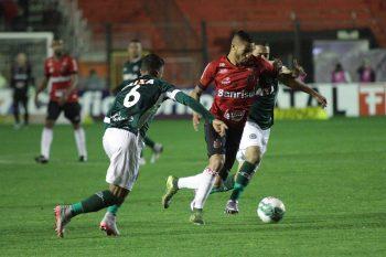 Felipe Garcia abriu o placar no primeiro tempo, e chegou ao 12º gol na Série B, se isolando na artilharia. Foto: Carlos Insaurriaga