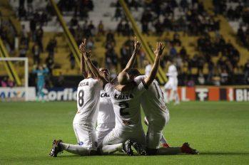 Comemoração após o bonito gol de Éder Sciola, que colocou o 2 a 0 no placar. Foto: Carlos Insaurriaga