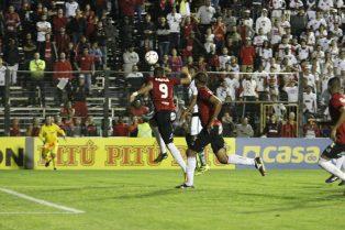 De cabeça, Lincom marcou o gol da vitória Xavante. Foto: Jonathan Silva