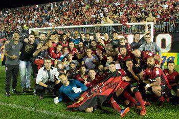 Grupo de jogadores comemora a vaga na final do estadual. Foto: Jonathan Silva