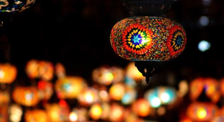 bunte, leuchtende Laterne in der Nacht