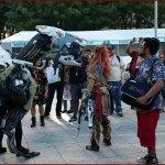 Aloy et un veilleur (Horizon Zero Dawn) se promènent à l'E3 2017