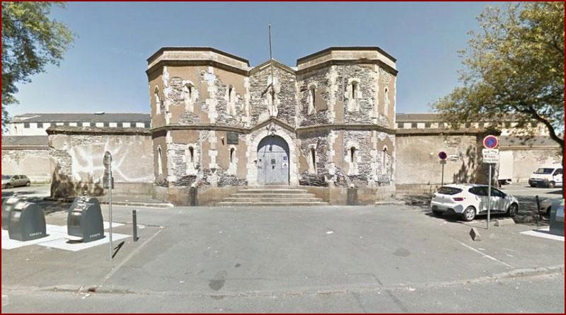 Un individu, ivre, monte sur le mur de la prison pour discuter avec un détenu