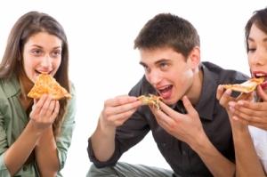 TeensEatingPizza