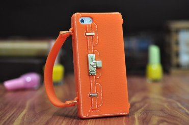 In silicone, ispirato alla desideratissima borsa di Hermes. per iPhone 5/5S (Phone Fancy, 44 euro)