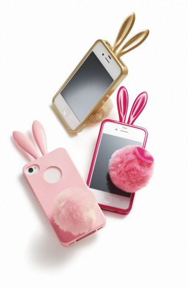 La classica cover a forma di coniglietto con tanto di orecchie e codina ponpon. In vari colori e per vari modelli (Amazon, 25,99 euro)