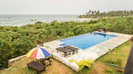 widok z tarasu, pierwszy plan - basen, drugi - Ocean Indyjski