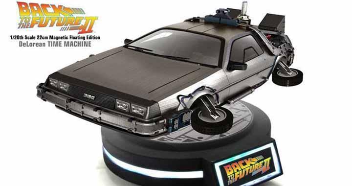 Une réplique DeLorean et Hoverboard flottant