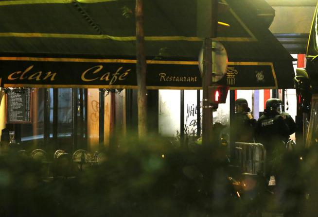 French police secure the area outside a cafe near the Bataclan concert hall following fatal shootings in Paris, France, November 13, 2015.   REUTERS/Christian Hartmann
