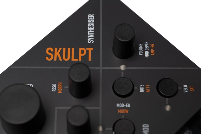 Skukpt's orange on grey lettering looks cool but is quite small
