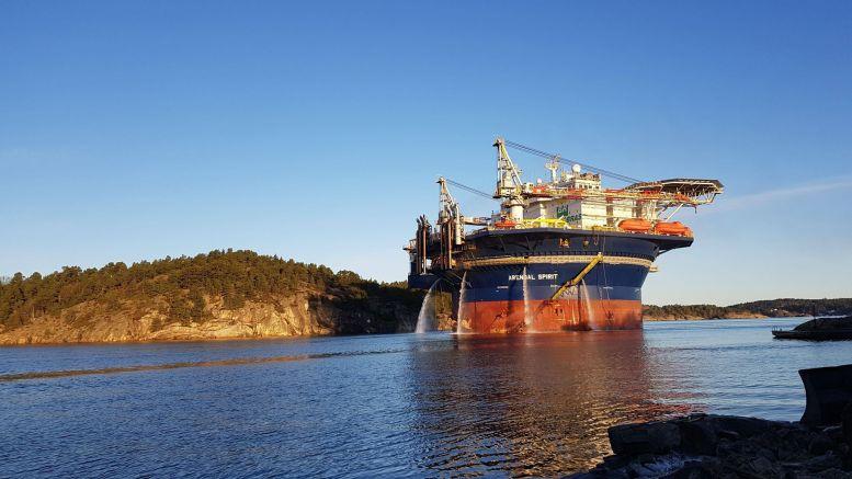 STOR: Boligriggen Arendal Spirit ruver på sin ferd inn Tromøysund. Foto: Innsendt
