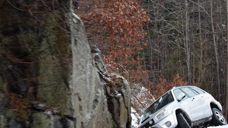 MOT FJELLKNAUS: Bilen har stoppet mot en fjellknaus i grøfta og var på vei i retning Tybakken da den kjørte ut. Foto: Esben Holm Eskelund