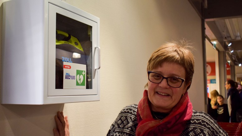 HJERTESTARTER: Senterleder Astrid Straand på Tromøytunet er glad for at senteret nå har fått på plass en hjertestarter. Foto: Esben Holm Eskelund
