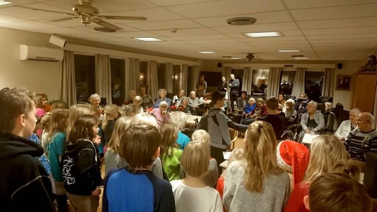 FULLT HUS: Det var ikke plass til særlig mange flere mennesker under Mini-Sings julekonsert. Foto: Tom Terjesen