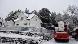 PIPEBRANN: Brannvesenet var raskt på plass for å ta hånd om pipebrannen i boligen ved Tjennaveien på Tromøy torsdag ettermiddag. Foto: Esben Holm Eskelund