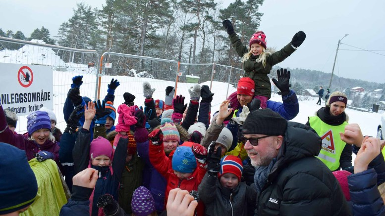 FULL JUBEL: Det var naturlig nok full jubel da rektor Hans Georg Toreskaas fant frem hammeren og sørget for pepperkaker til alle. Foto: Esben Holm Eskelund